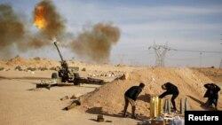 지난 3일 리비아 민병대가 이슬람 수니파 ISIL 시르테 기지에 대포를 쏘고 있다. (자료사진)