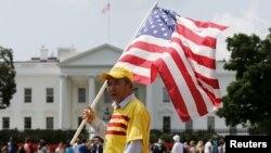 Người biểu tình hô khẩu hiệu 'Tự do cho Việt Nam' bên ngoài Nhà Trắng ở Washington trong lúc Tổng thống Obama tiếp Tổng bí thư đảng CSVN Nguyễn Phú Trọng, ngày 7/7/2015.