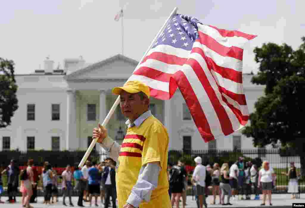 """Người biểu tình hô khẩu hiệu """"Tự do cho Việt Nam"""" bên ngoài Tòa Bạch Ốc trong lúc Tổng thống Mỹ Barack Obama gặp Tổng Bí thư đảng CSVN Nguyễn Phú Trọng, ngày 7/7/2015."""