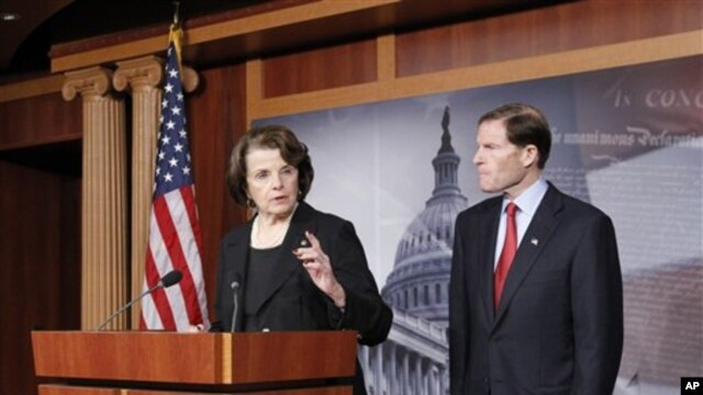 Senator fraksi Demokrat dari negara bagian California, Diane Feinstein (kiri) hari Kamis (24/1) memperkenalkan rancangan undang-undang untuk melarang senjata serbu (foto: dok).