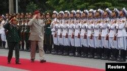 Tổng Tham mưu trưởng quân đội Cộng hòa Czech Petr Pavel và Thượng tướng Đỗ Bá Tỵ tại lễ tiếp đón ở Bộ Quốc phòng Việt Nam, Hà Nội, 15/8/2014.
