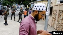 Pasukan keamanan Sri Lanka berpatroli di jalanan kota Kolombo, pasca ledakan bom bunuh diri yang menggoncang berbagai kawasan di negara tersebut pada Minggu Paskah, Sri Lanka, 27 April 2019.