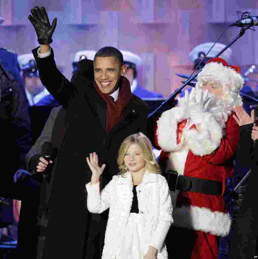 2010年12月9日,在白宫圣诞树点灯后,圣诞老人站在美国总统奥巴马和小歌手杰基·伊万科旁边。在2017年特朗普总统就职典礼上,伊万科应邀演唱国歌。