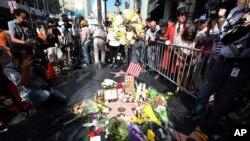 Người hâm mộ đến đặt nến, hoa tại ngôi sao của diễn viên Robin Williams nằm dọc theo Hollywood Walk of Fame ở Los Angeles, 12/8/14