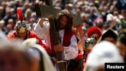 En distintos países del mundo se suele escenificar el recorrido de Jesucristo, cargando su madero, hasta ser colgado en él.