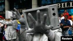 Miembros de organizaciones de medios independientes protestan frente a la sede de una reunión de la Asociación Interamericana de Prensa (SIP) en Caracas, Venezuela, el 18 de septiembre de 2009.