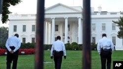 Beyaz Saray'ın kuzey avlusunda nöbet tutan 'üniformalı' Gizli Servis görevlileri