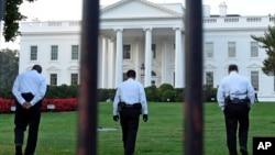穿制服的保安人员在白宫北草坪上行走(2014年9月20日)