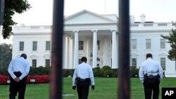 穿制服的保安人員在白宮北草坪上行走(2014年9月20日)