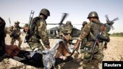 탈레반과의 교전에서 부상당한 탈레반 병사를 후송하는 아프가니스탄 군인들(자료사진)