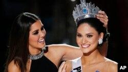菲律宾小姐伍兹巴赫(右),荣膺环球小姐称号。
