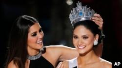 Hoa hậu Philippines Pia Alonzo Wurtzbach (phải) được cựu Hoa hậu Hoàn vũ Paulina Vega trao vương miện tại cuộc thi Hoa hậu Hoàn vũ, ngày 20 tháng 12, 2015, ở Las Vegas, Mỹ