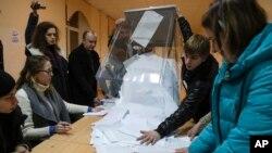ایک پولنگ اسٹیشن میں ووٹوں کی گنتی جاری ہے۔
