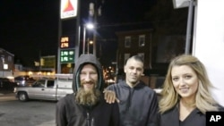 Джоні Боббіт, Кейт Макклур та її бойфренд Марк Д'Аміко в Філадельфії