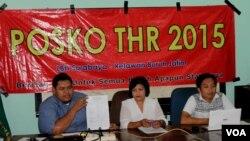 LBH Surabaya bersama Relawan Buruh Jawa Timur membuka Posko THR yang melayani pengaduan pembayaran THR buruh oleh perusahaan. (VOA/Petrus Riski)