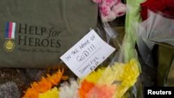 Hoa được đặt bên ngoài doanh trại quân đội Hoàng gia, gần hiện trường nơi binh sĩ Anh bị chém chết một cách dã man, ngày 23/5/2013.