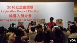 多名泛民主派人士衝上主席台,立法會選舉候選人簡介會混亂中腰斬。(美國之音湯惠芸攝 )