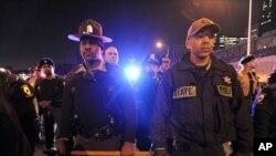 Autoridades forman una línea para impedir que manifestantes ingresen a una autopista en Chicago, el martes, 24 de noviembre de 2015.