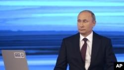 在莫斯科,俄罗斯总统普京在一次对全国电视转播的问答活动中接受提问(2014年4月17日)