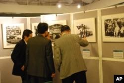 參觀者對「百年中華、精彩台灣」影像展深感興趣