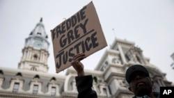 Daniel H Smith es uno de los manifestantes frente a la alcaldía de Filadelfia, este jueves, 30 de abril, de 2015.