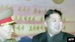 Nhà lãnh đạo mới của Bắc Triều Tiên Kim Jong Un (phải)