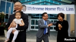 북한에 31개월 간 억류됐다 지난주 풀려난 한국계 캐나다인 임현수 목사(왼쪽)가 지난 9일 자신이 담임목사로 있던 토론토 소재 큰빛교회 앞에서 손녀딸을 안고 있다.