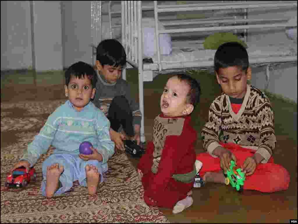 کراچی کے ایدھی ویلفِئر سینٹر میں ایسا ہی ایک لاچار باپ اپنے ننھے منے کمسن چھ بچوں کو ایدھی ہوم یہ کہہ کر چھوڑگیا کہ ان کو پالنا میرے بس کی بات نہیں رہی