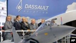 ប្រធានាធិបតីបារាំងលោក Emmanuel Macron, ស្តាប់លោកនាយកប្រតិបត្តិ Dassault Aviation Eric Trappier នៅពេលលោកចុះទស្សនកិច្ចកម្មវិធីយានអាកាសទីក្រុងប៉ារីសនៅ Le Bourgetភាគខាងជើងទីក្រុងប៉ារីសកាលពីថ្ងៃទី១៩ មិថុនា ២០១៧។