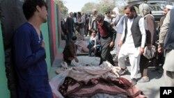 Aldeanos de Afganistán rodean los cuerpos de civiles muertos en un ataque aéreo en el este del país. Los aldeanos trajeron los restos a Gazni, en el occidente de Kabul y marcharon en protesta, el domingo 29 de septiembre de 2019.
