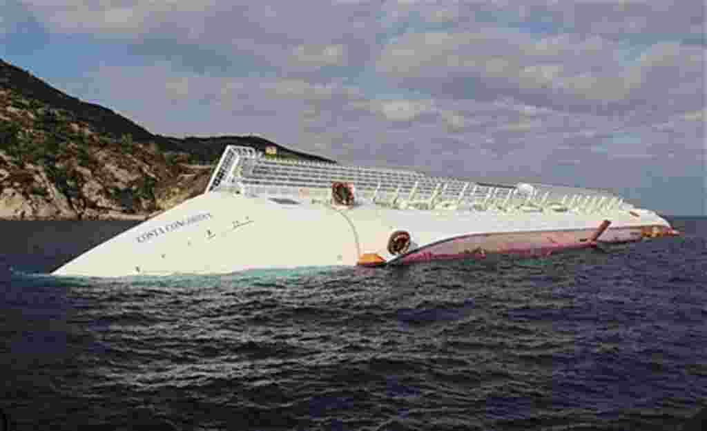 El capitán del barco fue arrestado el sábado y está siendo investigado por presunto homicidio y abandono de la embarcación.