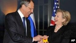 Держсекретар Клінтон вручає міністрові закордонних справ РФ Лаврову кнопку «перевантаження» під час зустрічі в Женеві, Швейцарія, 6 березня 2009 року.