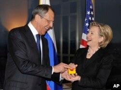 Cергій Лавров і Гілларі Клінтон та кнопка «перевантаження» відносин