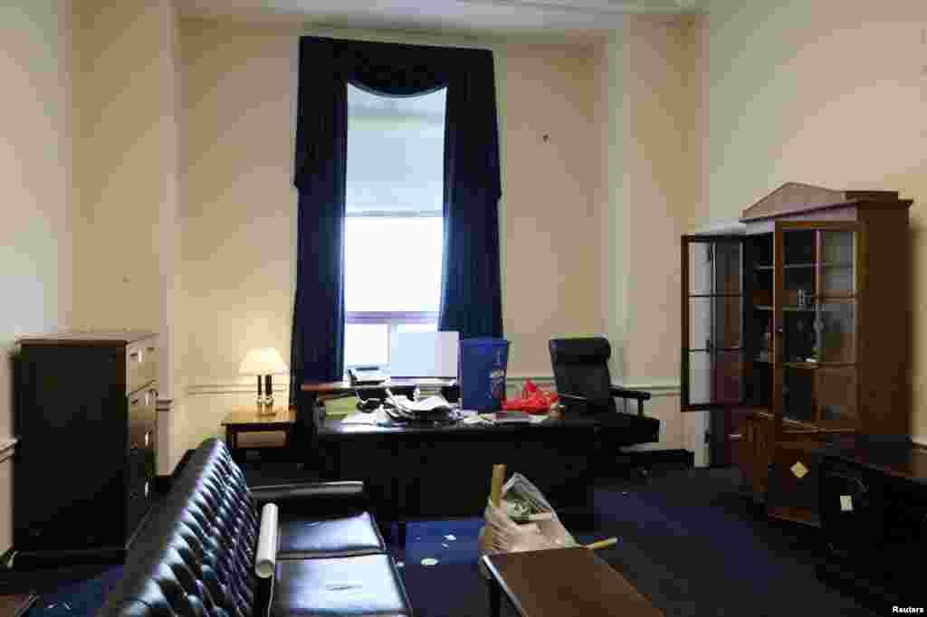 Las oficinas del representante saliente deEE.UU. Dana Rohrabacher, republicano por California,se encuentran vacías, semanas previas al final de su mandato, cuando decenas de legisladores llegany otros dejan el Capitolio.