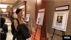 "An attendee at the 2018 annual conference organized by the Association for Asian Studies prepared to enter the award presentation for professor David Chandler, author of ""A History of Cambodia."" (Chetra Chap, VOA Khmer)"