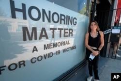 Karla Funderburk, Seniman dan Pemilik Galeri Studio Matter di Los Angeles, AS, menggelar pameran untuk mengenang para korban Covid-19, Selasa, 11 Agustus 2020.