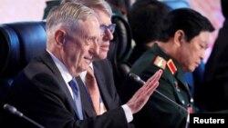 Menhan AS James Mattis (kiri) menghadiri pertemuan Menteri Pertahanan ASEAN di Clark Field, Pampanga, Filipina, Selasa (24/10).