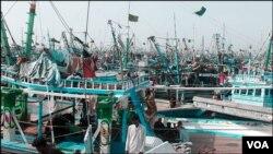 ساحل کنارے کھڑی بڑی کشتیاں بھی ماہی گیروں کیلئے کئی مسائل کا باعث بنتی ہیں