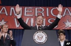 老布什(George H. W. Bush)在胜利大会上演说,左侧为其子小布什(George W. Bush)(1988年11月9日)
