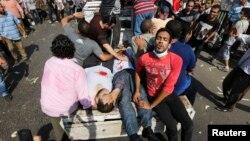 Những người bị thương được đưa ra khỏi nơi biểu tình