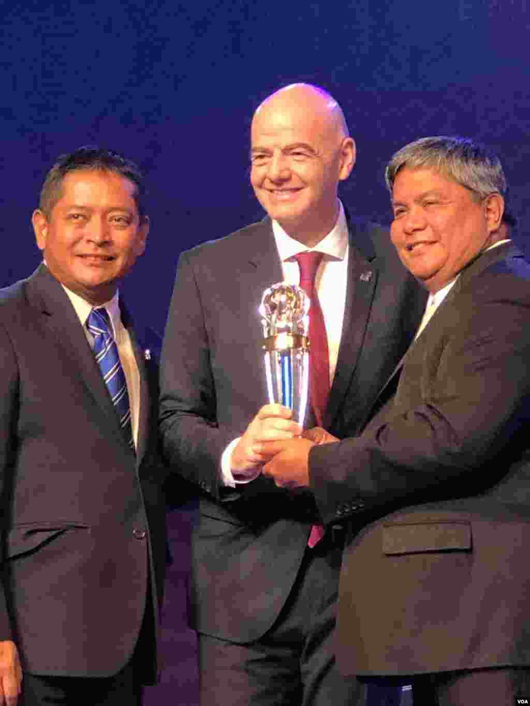 حضور جیانی اینفانتینو، رئیس فیفا در هنگ کنگ، در مراسم بهترین های فوتبال آسیا در سال ۲۰۱۹ مورد توجه رسانهها قرار گرفت. به دلیل اعتراضات گسترده مردم هنگ کنگ، اینفانتینو تحت تدابیر شدید امنیتی و برای ساعات کوتاهی به هنگ کنگ سفر کرد