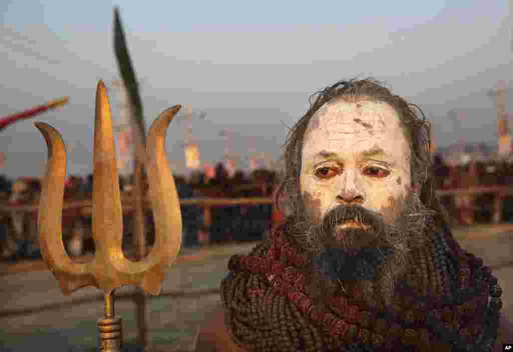 عکسی از یک مرد هندی که در مراسم مذهبی کوم میلا خود را به این شکل در آورده است. این مراسم با حضور بیش از ۱۰۰ میلیون، بزرگترین مراسم مذهبی است که هر سه سال یکبار برگزار می شود.