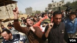 Warga Palestina membawa jenazah Ayoub Assaleya, anak laki-laki berusia 12 tahun yang tewas akibat serangan udara Israel di Jabalya, Gaza Utara (11/3).