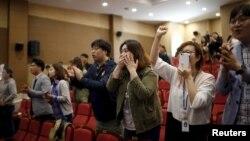 Các thành viên của Đảng đối lập chính là đảng Minjoo của Hàn Quốc vui mừng về kết quả cuộc bầu cử tại Seoul, Hàn Quốc, ngày 13/4/2016.