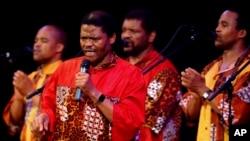 Joseph Shabalala (no centro) liderando o Ladysmith Black Mambazo, a 10 de Abril de 2005, em Nova Iorque. (AP Photo/Chad Rachman)