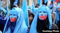 Những người biểu tình chống Trung Quốc đàn áp dân Uighur.