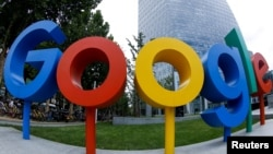 谷歌公司在北京辦公室外面的谷歌品牌標誌(2018年8月8日,用魚眼鏡頭拍攝的照片)。