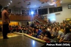 Yosua Poli memberi kesaksian kejadian ledakan bom bunuh diri yang menimpa gerejanya di GKI Diponegoro (foto VOA-Petrus Riski)