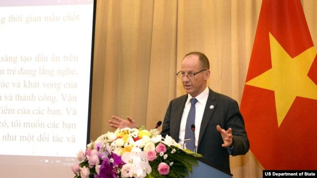 Ông Stilwell phát biểu tại Hà Nội.