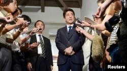 """13일 신조 아베 일본 총리가 러시아의 쿠릴열도 군사훈련에 대해 """"강력히 항의할 것""""이라고 밝히고 있다."""